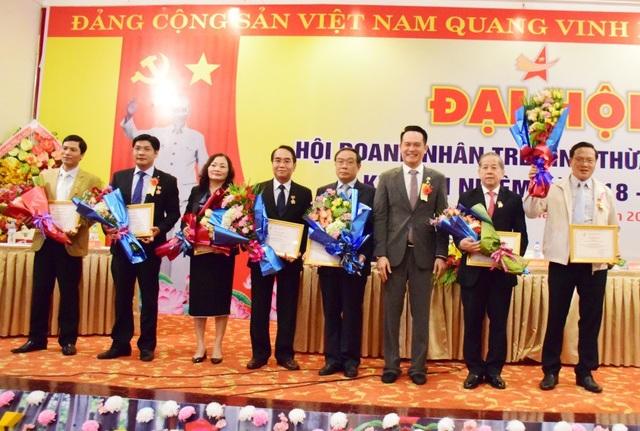 Anh Đặng Hồng Anh, Chủ tịch Hội Doanh nhân trẻ Việt Nam (thứ 3 từ phải qua) trao kỷ niệm chương Vì sự nghiệp doanh nhân trẻ cho các đồng chí lãnh đạo tỉnh, nguyên lãnh đạo tỉnh