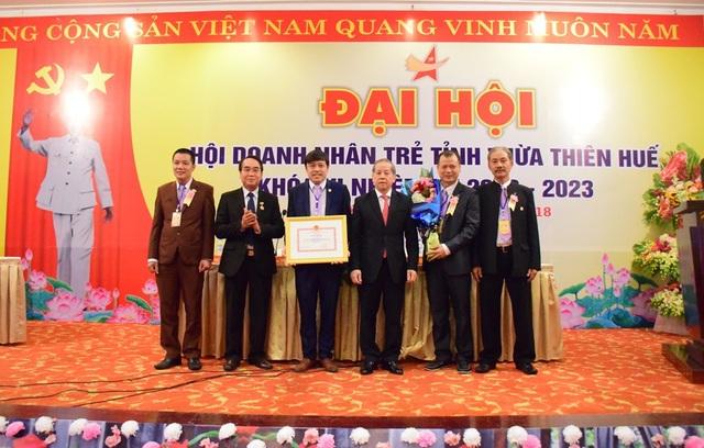 Chủ tịch UBND tỉnh Phan Ngọc Thọ tặng bằng khen của tỉnh cho Hội doanh nhân trẻ