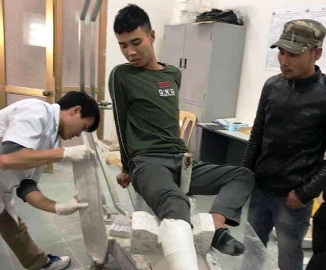 Đối tượng Nguyễn Trung Anh được đưa đi băng bó chữa trị sau khi nhảy từ tầng 3 trường tiểu học Lương Khánh Thiện xuống đất