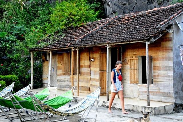 Khách Tây thích thú trải nghiệm du lịch homestay trong vùng di sản Tràng An.