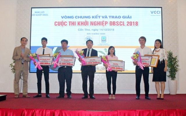 Ông Nguyễn Phương Lam - Phó giám đốc VCCI Cần Thơ (trái) trao hoa và chứng nhận cho các tác giả