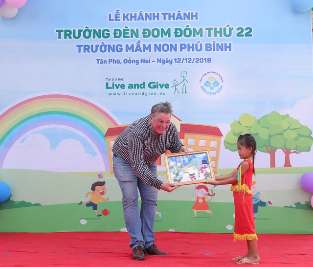 Ông Jan Peeters - Nhà sáng lập tổ chức Live & Give nhận tranh do các em học sinh trường Phú Bình vẽ tặng