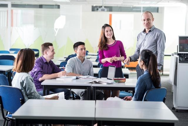 Khả năng giao tiếp bằng tiếng Anh và làm việc trong môi trường đa văn hóa là lợi thế lớn trong bối cảnh thị trường lao động hiện tại.