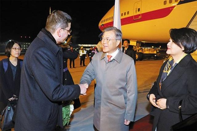 Tổng thống Moon Jae-in (giữa) bắt tay một quan chức Cộng hòa Czech sau khi đến Prague hôm 27-11. Ảnh: Newsis