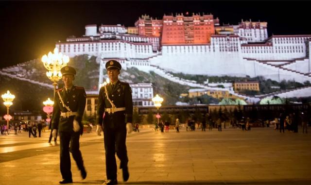 Hai cảnh sát Trung Quốc tuần tra tại Tây Tạng. (Ảnh: AFP)