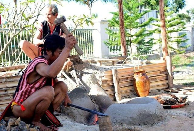 Các nghệ nhân tham gia Tuần lễ Khai mạc tuần văn hóa – du lịch tỉnh Kon Tum