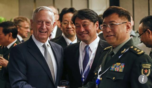 Từ trái qua phải: Bộ trưởng Quốc phòng Mỹ Jim Mattis, Bộ trưởng Quốc phòng Nhật Bản Itsunori Onodera và Trung tướng Trung Quốc He Lei gặp nhau tại Đối thoại an ninh Shangri-La ở Singapore hồi tháng 6. (Ảnh: AP)
