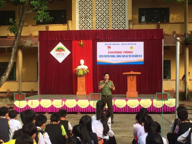 Công an tỉnh Phú Thọ trao đổi Chuyên đề về phòng chống xâm hại trẻ em tại Trường dân tộc nội trú Thanh Sơn (Ảnh: Cổng TTĐT của Trường).