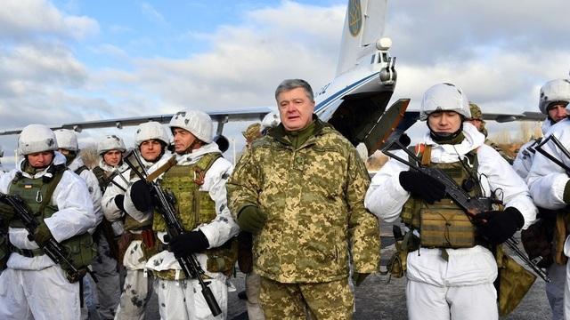 Tổng thống Ukraine Petro Poroshenko cùng các lính phòng không. (Ảnh: AFP)