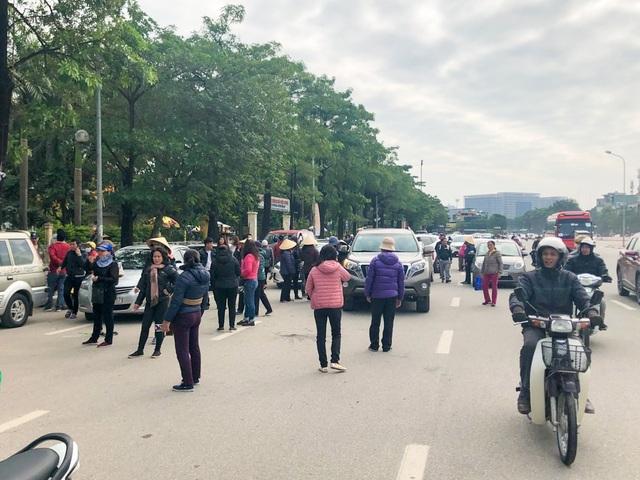 Rất đông người phe vé đã có mặt trước cửa Liên đoàn Bóng đá Việt Nam VFF để mời chào mua bán vé.