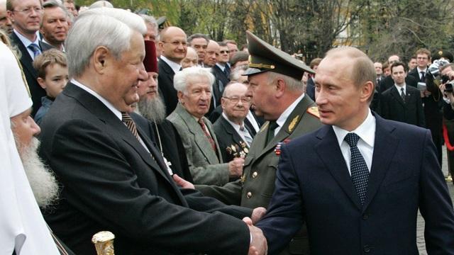 Cố Tổng thống Nga Boris Yeltsin (bên trái) bắt tay Tổng thống Putin (Ảnh: Sputnik)