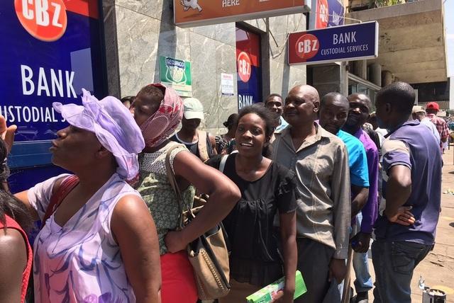 Người dân Zimbabwe xếp hàng để được rút tiền tại ngân hàng. (Nguồn: NPR)