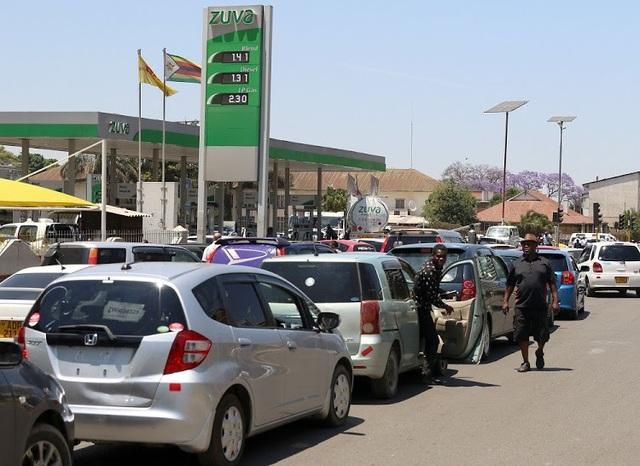 Từng hàng xe ô tô xếp hàng dài hàng chục giờ đồng hồ để được đổ xăng tại Zimbabwe. (Nguồn: The 1873 TV)