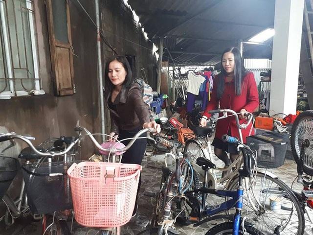 Sau khi xin được một số xe, các cô đã mang đến tiệm sửa xe của anh Đậu Viết Trí để sửa chữa.