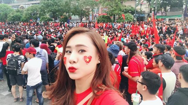 """Diễn viên Hồ Bích Trâm kêu gọi mọi người """"nhuộm đỏ"""" từ ngoài đường lên tới mạng xã hội."""