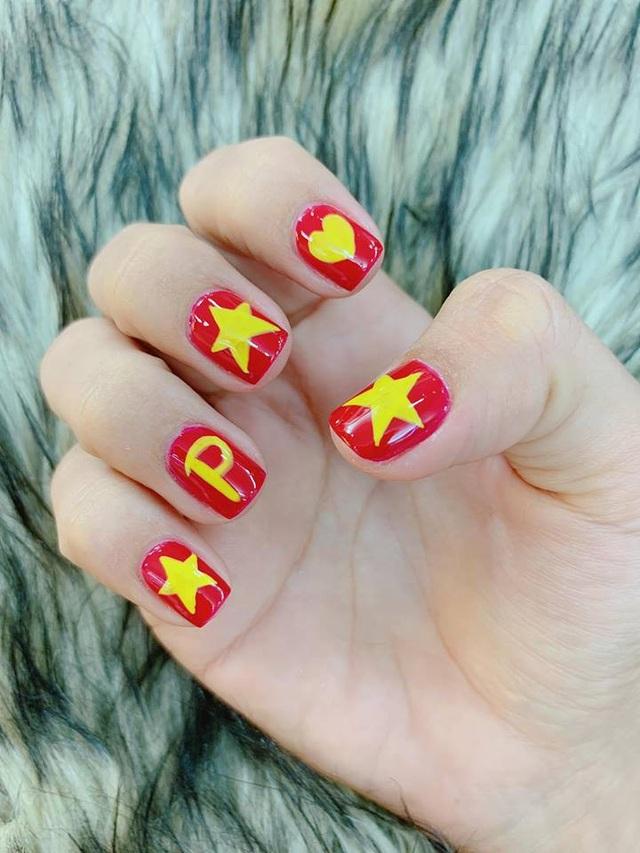"""Người đẹp còn hài hước khoe đánh móng tay đỏ với dòng chữ H và P để """"đi gặp Quang Hải, Công Phượng""""."""
