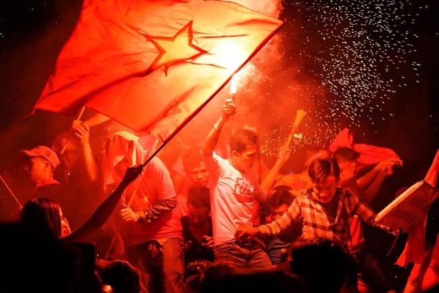 Những bức hình đỏ rực sau chiến thắng lịch sử của các chàng trai Việt Nam - 10