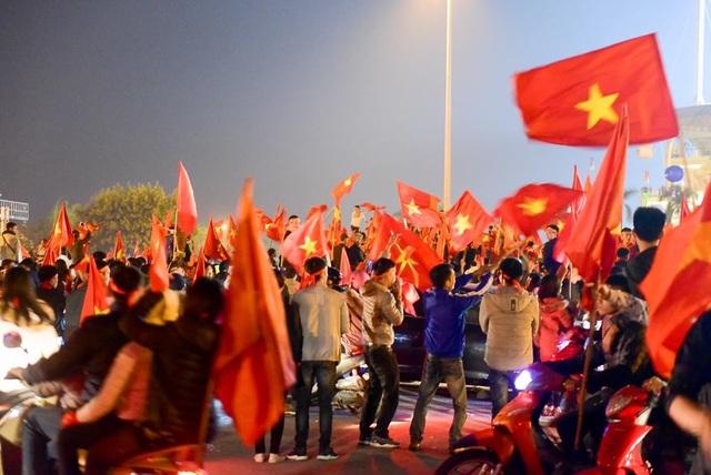 Những bức hình đỏ rực sau chiến thắng lịch sử của các chàng trai Việt Nam - 4