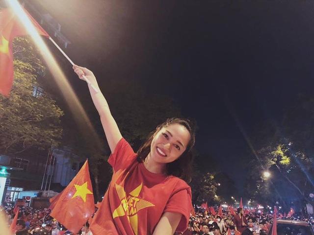 """Ca sĩ Bảo Anh xuống đường đi bão cùng đông đảo người dân thành phố, cô viết: """" Hôm nay bắt thẻ vàng cầu thủ tôi, nhiều quá đáng nhá, nhưng không sao cờ đỏ vẫn bay ngợp trời nha các Bác ơiiiiii""""."""