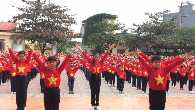 Khoảng 600 học sinh khối 4, 5 Trường tiểu học Đằng Hải, Hải Phòng cùng hô vang Việt Nam chiến thắng trước trận lượt về chung kết AFF Cup.