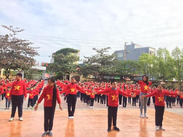 Học sinh Trường tiểu học Đằng Hải thể hiện lòng yêu đội tuyển, yêu Tổ quốc.