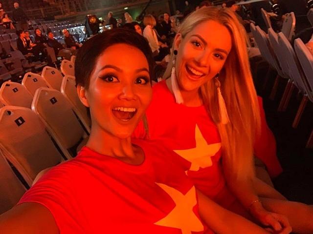 Hoa hậu Hoàn vũ Hhen Niê gây bất ngờ với hình ảnh thân thiện bên hoa hậu Mỹ với chiếc áo cờ Việt Nam trước giờ thi đấu, cổ vũ cho đội tuyển đang thi đấu tại quê nhà.