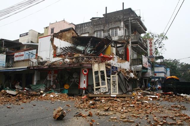 Hiện trường ngôi nhà cổ đổ sập như bị dội bom