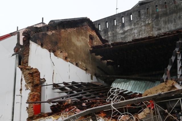 Ngôi nhà theo lời kể đã bị sập phần tường tầng 2 trước, kéo hệ mái đổ sập theo