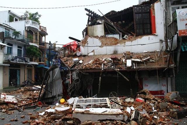 Ngôi nhà bị đổ sập hoàn toàn tầng 2