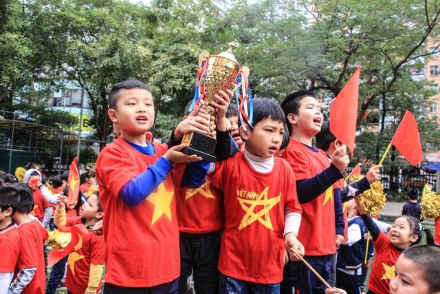 Các em học sinh mong muốn tuyển Việt Nam đoạt Cúp vô địch tại AFF Cup.