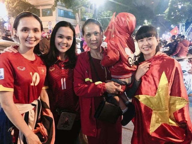 Hai chị em Huyền Mi và Quỳnh Anh (ngoài cùng bên trái và thứ 2 từ trái sang) thường xuyên có mặt trên ghế khán giả cổ vũ đội tuyển bóng đá Việt Nam cũng như Văn Quyết và Duy Mạnh