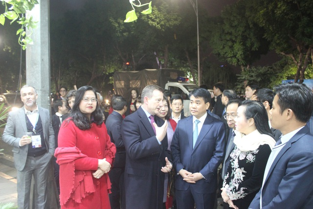 Đại sứ Bertrand Lortholary giới thiệu khu trưng bày của Đại sứ quán Pháp tại lễ hội. Những hình ảnh quen thuộc và biểu tượng của nước Pháp đều được Đại sứ Bertrand Lortholary giới thiệu với các quan khách.