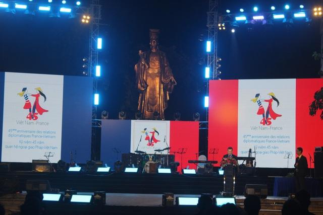 """Đại sứ Lortholary cho biết """"mặc dù hai nước có bề dày lịch sử nhưng đây là năm đầu tiên mà trong một năm có tới hai chuyến thăm cấp cao nhất cùng diễn ra là chuyến thăm của Tổng bí thư Nguyễn Phú Trọng sang Pháp hồi tháng 3 và chuyến thăm của Thủ tướng Pháp Édouard Philippe tới Việt Nam gần đây, các hợp đồng được ký kết trong 2 chuyến thăm đã lên tới 21 tỷ euro và có khoảng 40 văn kiện hợp tác giữa hai bên đã được ký kết trong năm nay trên nhiều lĩnh vực y tế, giáo dục, Pháp ngữ, quốc phòng, môi trường""""."""