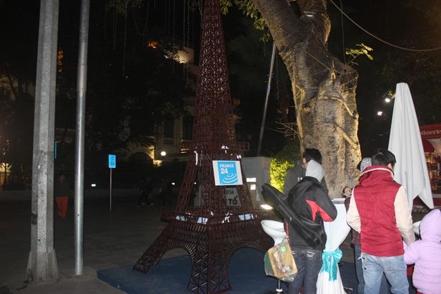 Mô hình tháp Eiffel biểu tượng của Pháp được dựng tại Lễ hội Balade En France.