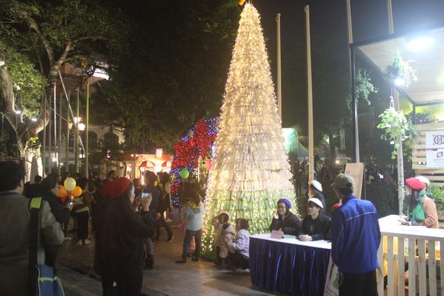 """Cận cảnh """"Cây thông lời hứa"""" cao 6m làm từ 1.000 chai nhựa tái chế được dựng lên đúng vào dịp Noel."""