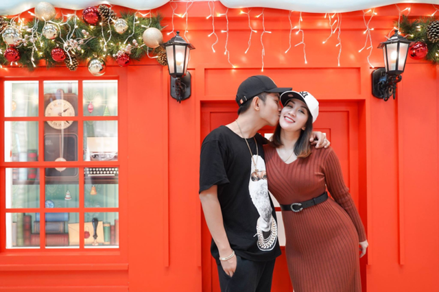 Vợ chồng Khánh Thi - Phan Hiển có chuyến du lịch cùng nhau tại nước ngoài, Phan Hiển thể hiện tình cảm cùng vợ bằng nụ hôn ngọt ngào. Khánh Thi viết: Hai vợ chồng tranh thủ kết hợp vừa đi công tác vừa đi chơi. Một chút không khí giáng sinh tại Singapore năm nay.