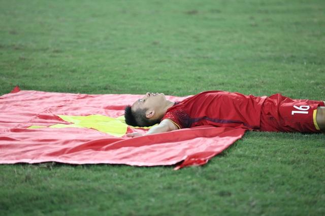 Đỗ Hùng Dũng hạnh phúc sau chức vô địch AFF Cup