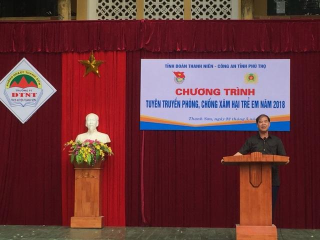Ông Đinh Bằng My - Hiệu trưởng Trường Phổ thông dân tộc nội trú THCS Thanh Sơn trong buổi ngoại khóa phòng chống xâm hại trẻ em năm 2018 (Ảnh: Cổng TTĐT của Trường).