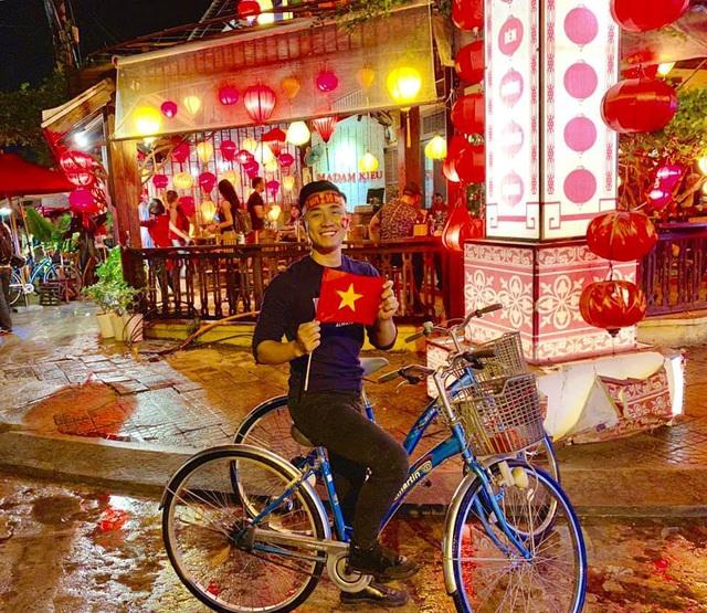 MC Nguyên Khang hòa mình vào dòng người đi bão tại Hội An bằng… xe đạp, anh vô cùng hào hứng và phấn khởi.