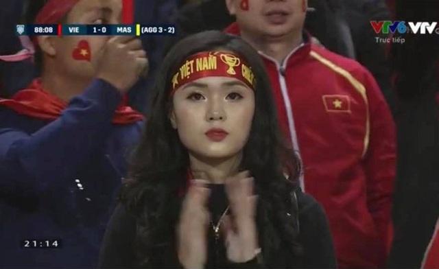 Không chỉ chị gái mà cả cô em Quỳnh Anh cũng xinh đẹp rạng ngời trên hàng ghế khán giả cổ vũ trận Chung kết tối 15/12.