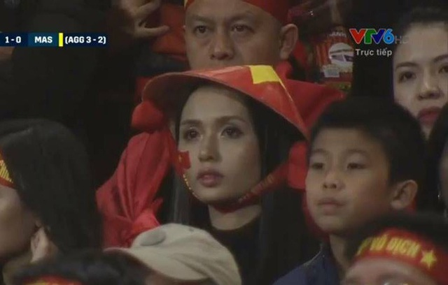 Nguyễn Thị Huyền Mi - vợ cầu thủ Văn Quyết xinh đẹp nổi bật giữa 40.000 khán giả trên sân vận động Mỹ Đình. Cô lên sóng trực tiếp trong phút thứ 65 của trận Chung kết AFF Cup 2018.