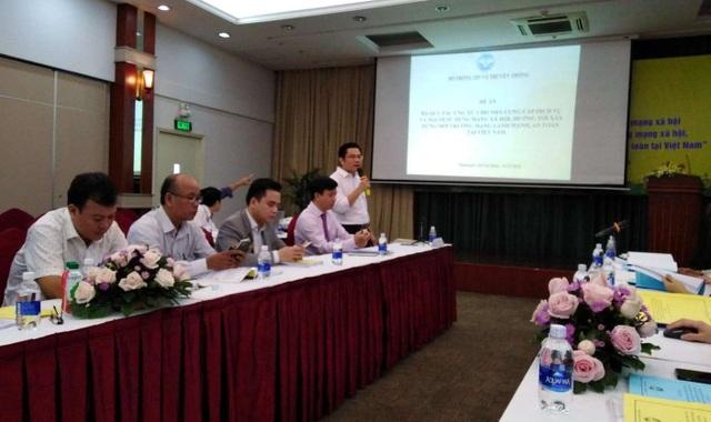 Ông Đỗ Quý Vũ - Phó viện trưởng Viện Chiến lược Thông tin và Truyền thông báo cáo kết quả nghiên cứu của Viện về thực tế sử dụng mạng xã hội của người dân