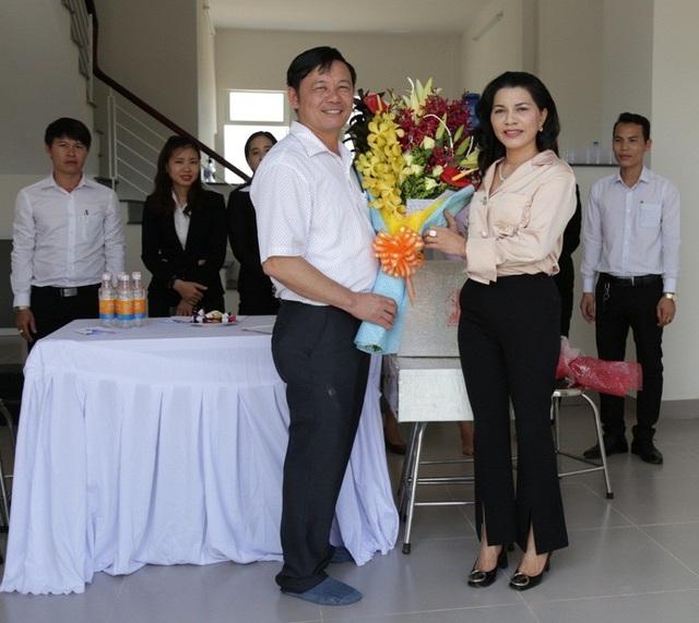 Kim Oanh Real luôn mang đến những lợi ích cao nhất cho khách hàng. Trong ảnh là lễ bàn giao nhà cho khách hàng Trần Quang Đông đã trúng giải nhất chương trình tri ân năm 2017.