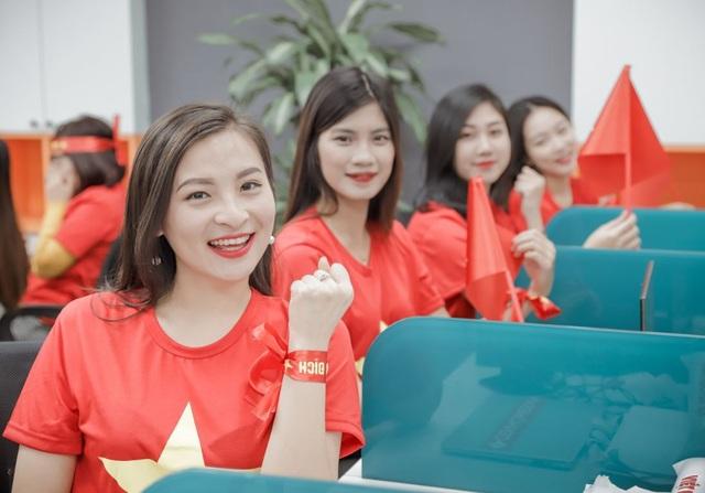 """Đại diện cho nhóm, bạn Khánh Ly chia sẻ: Chung một nhịp đập với hơn 90 triệu người dân Việt Nam, chúng tôi yêu đội tuyển bóng đá Việt Nam. Yêu niềm tin và nhiệt huyết mà đội tuyển đã mang tới. Việt Nam chiến thắng, chúng tôi luôn luôn tin điều đó""""."""
