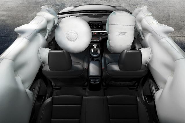 Bên cạnh đó, xe cũng được trang bị cảm biến lùi trước sau và camera lùi, giúp việc di chuyển trở nên an toàn và tiện nghi, nhất là trên những cung đường đông đúc nội đô. Các tính năng an toàn khác như phanh ABS và hệ thống khởi hành ngang dốc HAC.