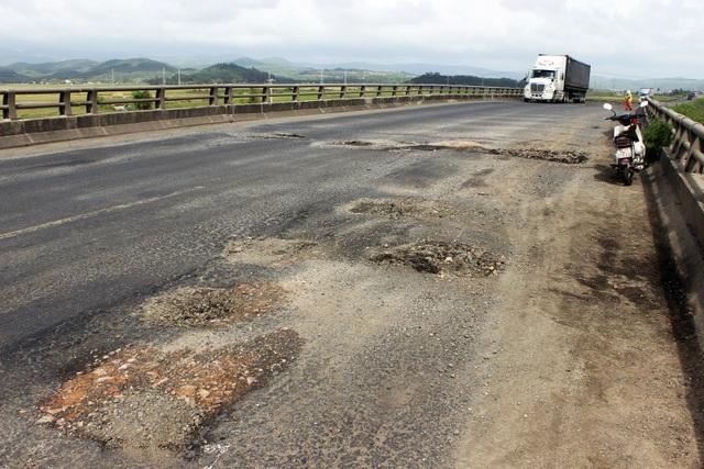Quốc lộ 1 hư hỏng nặng trong thời gian vừa qua (ảnh: Trung Thi)