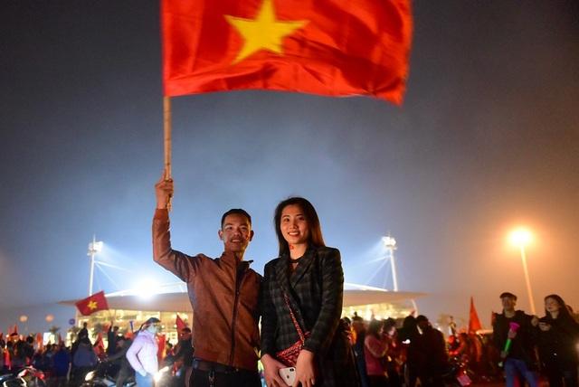 Một cặp bạn trẻ từ Hải Dương đến sân cổ vũ và ăn mừng chiến thắng.