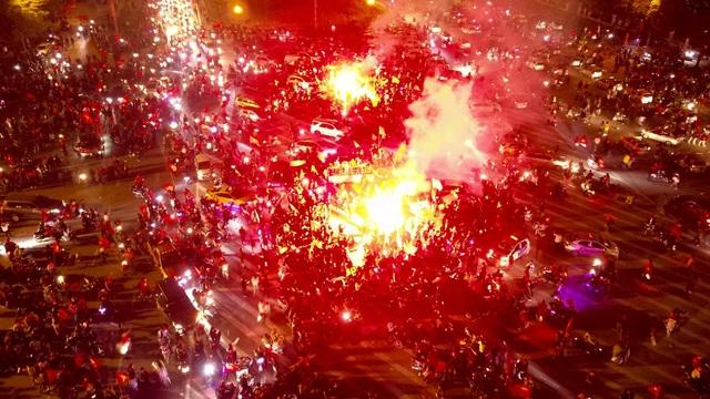 Pháo sáng được người hâm mộ đốt sáng rực một góc đường.