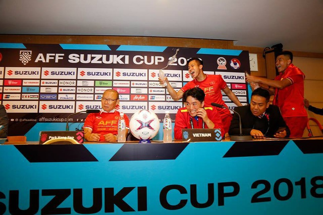 Cầu thủ Việt Nam ùa vào phòng họp báo để... té nước thầy Park