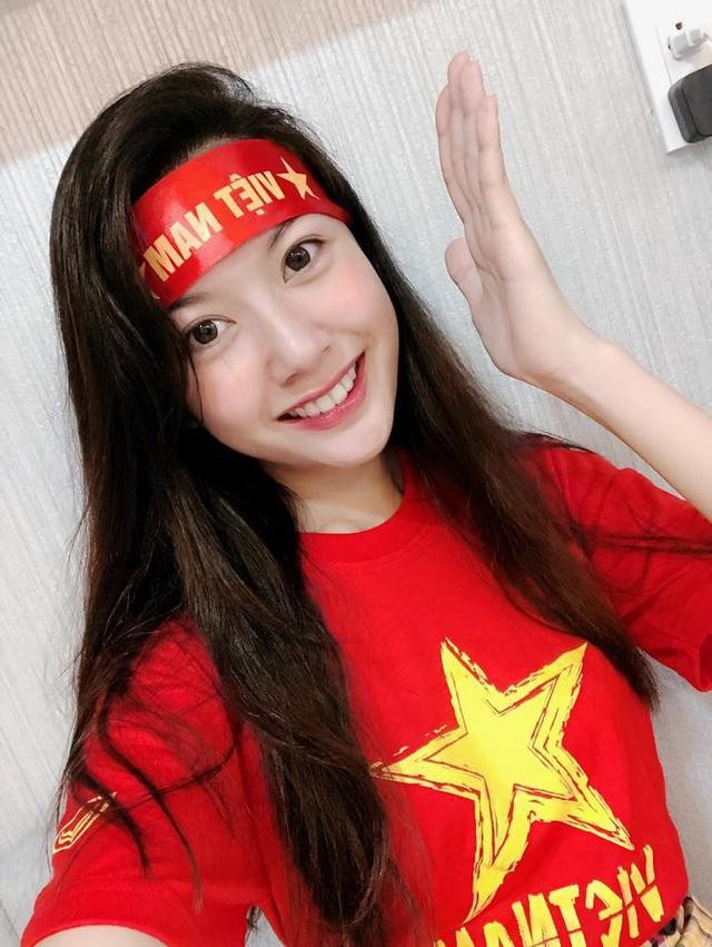 Á hậu Thúy Vân hạnh phúc khi Việt Nam vô địch, cô còn dành lời yêu thương cho huấn luyện viên người Hàn đã dẫn dắt tuyển Việt Nam đi đến thành công.